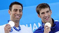 Americký plavec Michael Phelps (vpravo) se zlatou medailí z trati 100 metrů motýlek na MS v Říme. Vedle něj stříbrný Srb Milorad Čavič.