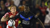 Danny Welbeck z Manchesteru United (vpravo) v souboji o míč s Robem Kozlukem z Barnsley.