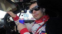 Sebastien Loeb se občerstvuje po dojetí jedné z rychlostních zkoušek Katalánská rallye.