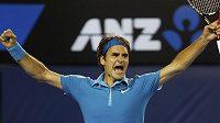 Roger Federer se raduje.