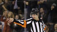 Švédský rozhodčí Marcus Vinnerborg při svém prvním zápase v NHL