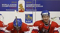 Zklamaní čeští hokejisté během zápasu se Švédskem