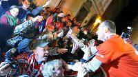 Brankář Dominik Hašek se zdraví s fanoušky v Pardubicích po zisku mitrovského titulu.