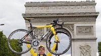 Australský cyklista Cadel Evans oslavuje před pařížským Vítězným obloukem triumf v 98. ročníku Tour de France.