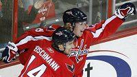 Hokejisté Washingtonu Tomáš Fleischmann a Nicklas Bäckström se radují z branky.