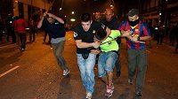 Oslavy vítězství v Lize mistrů se v ulicích Barcelony vymkly kontrole.