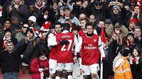 Fotbalisté Arsenalu i s Tomášem Rosickým se radují po vítězném gólu proti Huddersfieldu ve čtvrtém kole Anglického poháru.