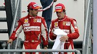 Felipe Massa (vlevo) a Fernando Alonso se po cestě ze stupňů vítězů možná domlouvali, co budou říkat na tiskové konferenci.