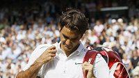 Roger Federer opouští zklamaně wimbledonský kurt po vyřazení od Tsongy.