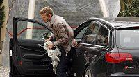 Anglický fotbalista David Beckham vystupuje ze svého automobilu v Miláně, kde bude hrát za místní AC.