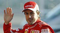 Fernando Alonso zdraví nadšené diváky.