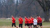 Česká fotbalová reprezentace při sobotním výběhu na golfovém hřišti v Hluboké nad Vltavou. Čtvrtý zprava běží David Lafata.