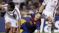 Andrés Iniesta padá s natrženým svalem na trávník.