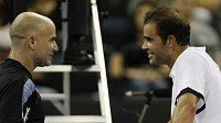 Pete Sampras (vpravo) a Andre Agassi během exhibičního zápasu v Macau