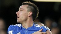 John Terry si vyhrnuje rukáv, aby ukázal fanouškům Chelsea kapitánskou pásku.