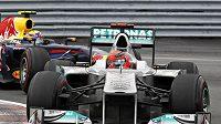 Michael Schumacher (vpředu) s vozem Mercedes bránil třetí místo ve Velké ceně Kanady před Markem Webberem z Red Bullu marně.