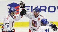 Český hokejista Josef Vašíček oslavuje se spoluhráči Petrem Kumstátem (40) a Petrem Hubáčkem (11) gól v utkání proti Švédsku.
