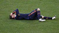 Zraněného Fernanda Torrese museli ze hřiště odnést na nosítkách.