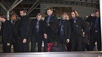 Čeští fotbalisté čekají na zavazadla po příletu do Podgorici.