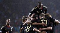 Fotbalisté Německa se radují z vítězství nad Uruguayí a zisku bronzových medailí z MS v Jihoafrické republice.