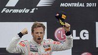 Jenson Button se raduje z vítězství.
