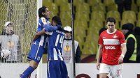 Fotbalisté Porta Fakao (vlevo) a Rolando slaví čtvrtý gól v síti Spartaku Moskva. Výraz obránce Spartaku Marka Suchého hovoří za vše.