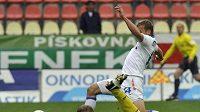 Příbramský brankář Lukáš Krbeček inkasuje vyrovnávací gól od Adama Varadi z Baníku.