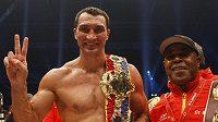 Ukrajinský boxer Vladimir Kličko (vlevo) slaví svou poslední výhru nad Uzbekem Čagajevem