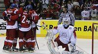 Čeští hokejisté se radují z jedné z branek v utkání proti Dánsku.