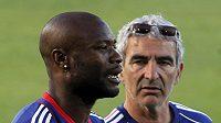 Na francouzského obránce Williama Gallase (vlevo) se dívá bývalý trenér národního týmu Raymond Domenech.