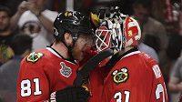 Útočník Marián Hossa a brankář Antti Niemi si blahopřejí k druhé výhře nad Philadelphií ve finále Stanley Cupu.