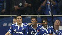 Fotbalisté Schalke Kyriakos Papadopoulos (vlevo) a Klaas-Jan Huntelaar s Raúlem (vpravo). Na jaře hvězdy zavítají do Plzně.