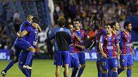 Fotbalisté Levante se radují z vítězství.