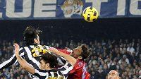 Luca Toni z Juventusu Turín posílá míč do sítě Neapole. Gól ale nebyl uznán kvůli faulu na brankáře Morgana De Sanctise.