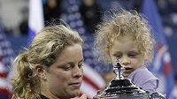 Kim Clijstersová se svou dcerou Jadou a trofejí pro vítězku US Open.