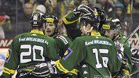 Hokejisté Karlových Varů oslavují vstřelený gól na ledě Litvínova.