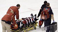 Český hokejista Petr Průcha z Phoenixu je odvážen na nosítkách