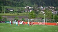 Češi (v červených dresech) brání během utkání s Tureckem.
