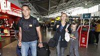 Roman Šebrle s rodinou při odletu české atletické reprezentace na MS v Tegu.