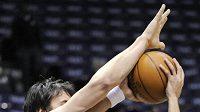 Basketbalista New Jersey Devin Harris (vpravo)se marně pokouší obejít Andrewa Boguta z Milwaukee.