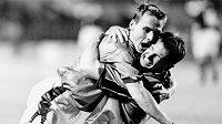 Pavel Nedvěd a Pavel Kuka se radují z velkého obratu ve vítězném utkání se Skotskem (3:2) na Letné v červnu 1999.