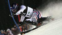 Francouz Jean Baptiste Grange si jede pro vítězství ve slalomu SP v rakouském Schladmingu.