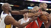 Basketbalista LA Lakers Lamar Odom (vlevo) se přetahuje o míč s Marcusem Cambym z Portlandu.