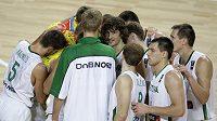 Basketbalisté Litvy se radují z vítězství nad Čínou