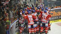 Hokejisté Pardubic slaví vítězství ve Zlíně po prodloužení.