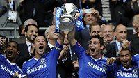 Fotbalisté londýnské Chelsea s pohárem pro vítěze Premier League.