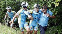 Zraněný Alexandr Vinokourov (druhý zprava) opouští v doprovodu kolegů ze stáje Astana letošní závod Tour de France.