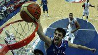 Srbský basketbalista Štefan Markovič (uprostřed) skóruje v duelu MS proti Jordánsku.