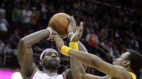 LeBron James (23) střílel koše z každé pozice.