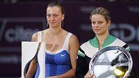 Vítězka turnaje v Paříži Petra Kvitová s trofejí (vlevo) a poražená finalistka Kim Clijstersová z Belgie.
